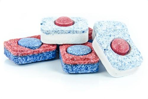 Diş protezi tableti ile temizlik